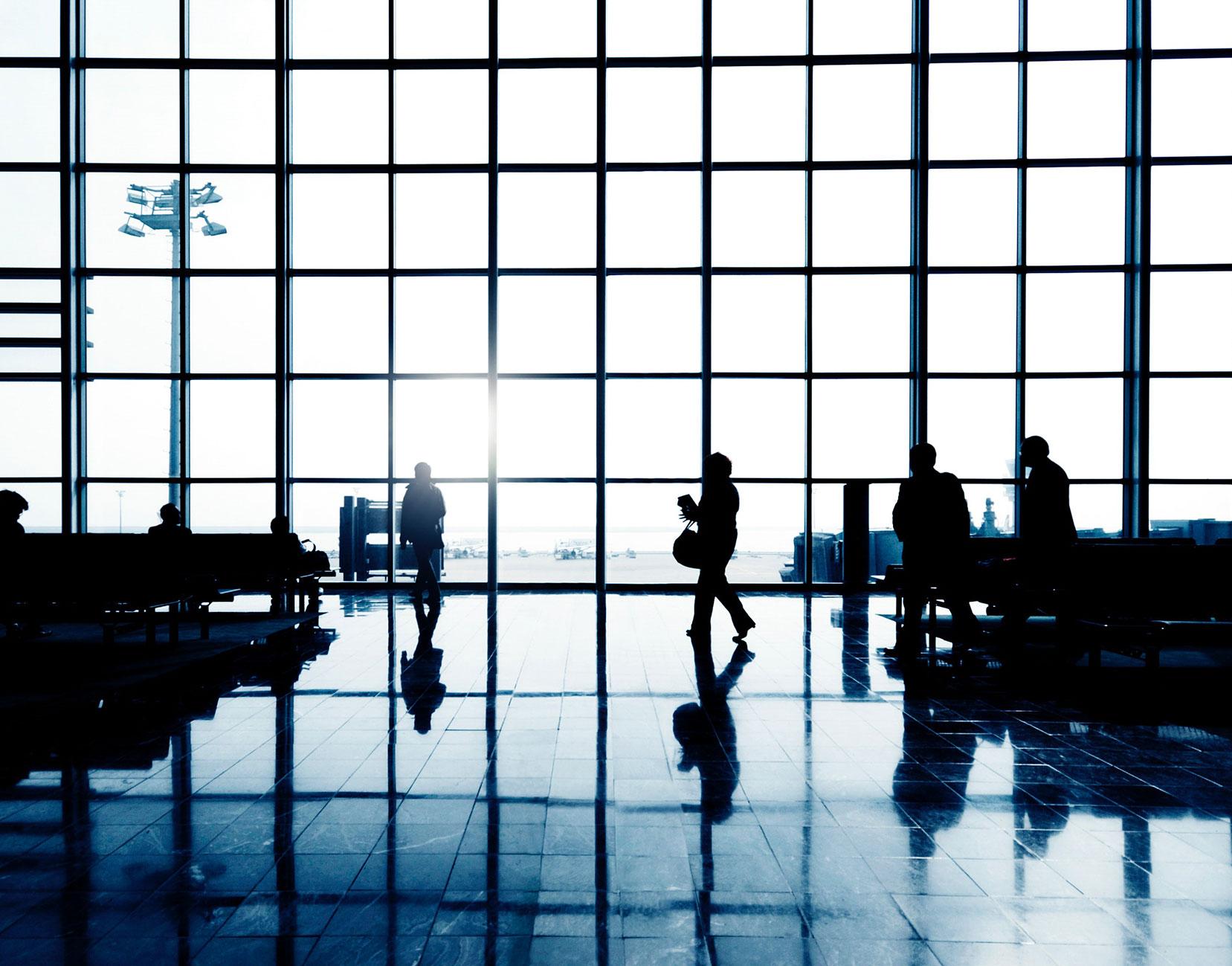 siluetas-personas-en-el-aeropuerto