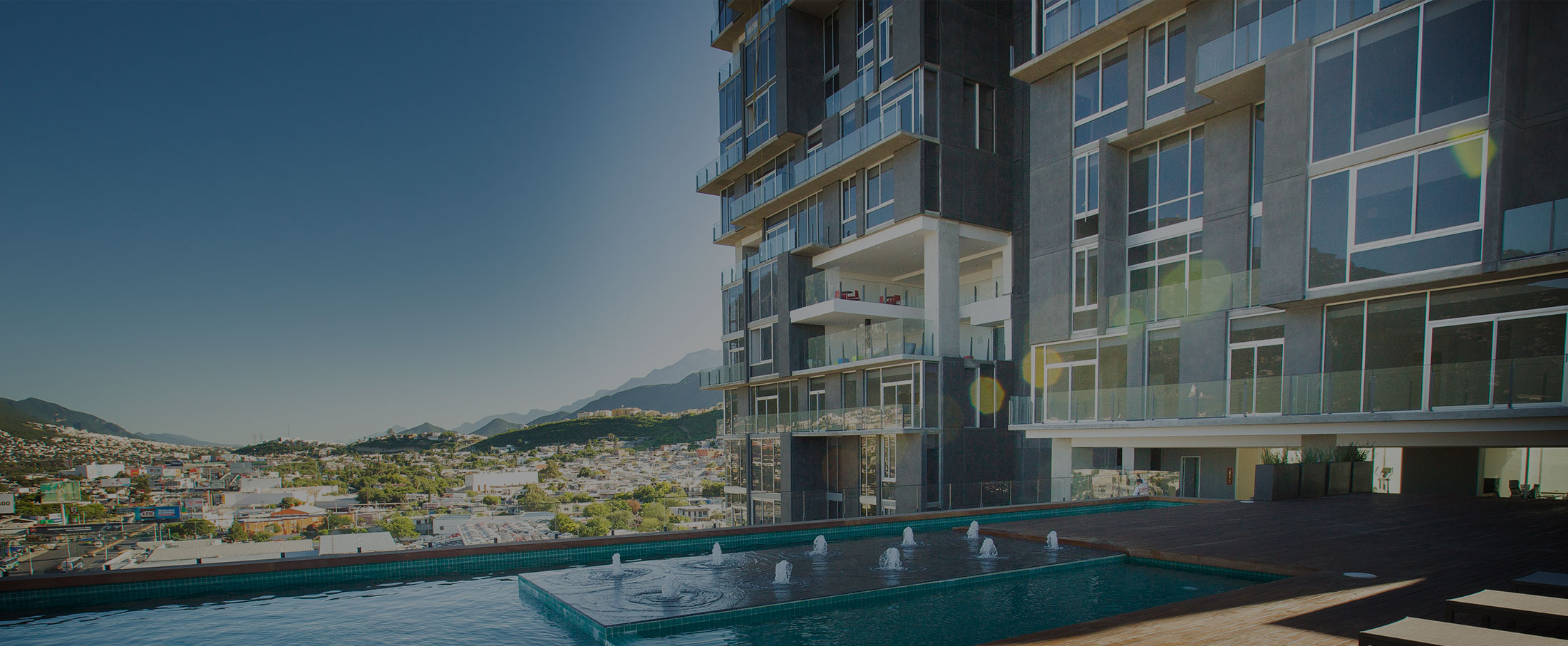 alberca-micropolis-desarrollo-inmobiliario